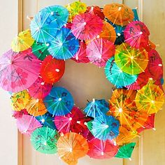 Love this easy & amazing islandy umbrella wreath for a luau or summer party. A big aloha! to creator Camilla Fabbri http://cfabbridesigns.com