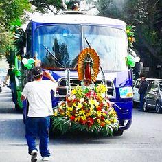 """En peregrinación.  Caravana de los camioneros para ir a la Villa. Hoy es el día en que se venera a la Virgen de Guadalupe.   Yo sólo sé que """"el que se fue a la Villa, perdió su silla"""". Por eso no voy."""
