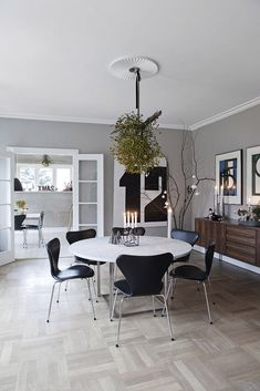Table designed by  Poul Kjærholm and Arne Jacobsens chairs, 7in leather. I just love the huge mistletoe hanging over the dining table.A nice, clean Nordic feeling.