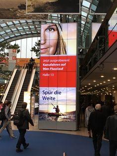 Derzeit läuft die Weltleitmesse rund um das Thema Yachten und Boote, die Boot Düsseldorf. Mit von der Partie: kompas Digital Signage! Mit unserer Software wird die große Videowall-Stele im Eingangsbereich gesteuert.