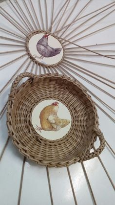 Would be great to use a ceramic disc in the centre Jute Crafts, Diy And Crafts, Arts And Crafts, Newspaper Basket, Newspaper Crafts, Paper Basket Weaving, Bamboo Weaving, Weaving Projects, Basket Decoration