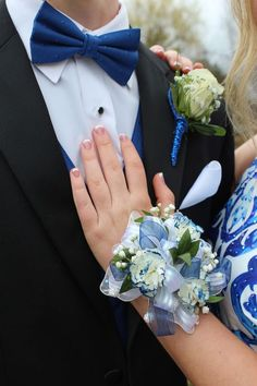 Groom And Bride Blue Corsage, Prom Corsage And Boutonniere, Flower Corsage, Corsage Wedding, Groom Boutonniere, Corsages, Prom Pictures Couples, Prom Couples, Prom Photos
