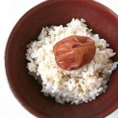 五分づき米と、キヌアを一緒に炊いたご飯。  キヌア単体で炊くのも美味しいけれど、 ご飯と一緒に炊いてもとっても美味しいキヌア。 プチプチっとした食感と、もちっとするような美味しさです。  オーガニックの梅干しにもとーーーーっても合います。
