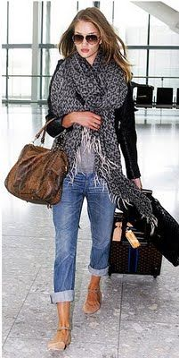 Glitter Guide - Comfy Chic Travel Style - Love this look Looks Chic, Looks Style, Airport Chic, Airport Style, Airport Fashion, Airport Attire, Airport Outfit Cold To Hot, Mode Shoes, Jeans Boyfriend