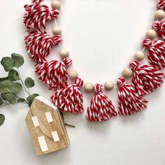 Diy Christmas Garland, Silver Christmas Decorations, Simple Christmas, Christmas Holidays, Red Garland, Diy Tassel Garland, Xmas, Diy Christmas Room Decor, Natural Christmas Ornaments