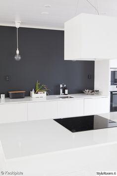 musta seinä,valkoinen keittiö,mustavalkoinen keittiö