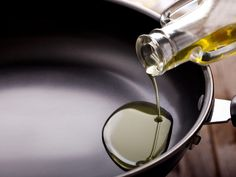 Öl ist doch selbst Fett. Und nun soll Fett Bauchfett verbrennen? Ja, laut Ergebnissen einer Studie hilft ein bestimmtes Öl beim Abnehmen. Wir verraten Ihnen, welches es ist