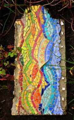 Dalle de jardin. Mosaic stepping stone using a broken plate. by irenepo