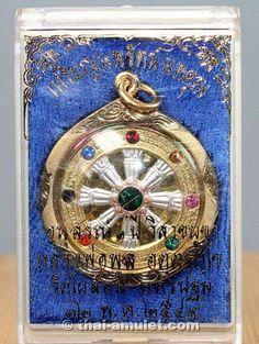 """Wunderschönes Dharma Rad """"Nopparat Noppakhun"""" vom ehrwürdigen Luang Pho Poon Akdharakkho (Phra Mongkon Sitthigan), zu Lebzeiten Abt des Wat Pailom, Amphoe Müang, Changwat Nakhon Pathom, Thailand.  Diese Amulett-Serie stellt das Vermächtnis des ehrwürdigen Luang Pho Poon dar, da er dieses Amulett zwar erschaffen hat, jedoch nicht mehr dazu kam, es selbst zu weihen."""