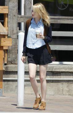 ブルーのシャツにミニスカート、オックスフォードシューズでスクールガール風。