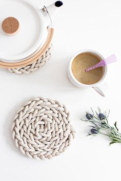 DIY Finger Knit Rope Trivet Tutorial - Flax & Twine Isn't this absolutely so sweet? Finger Knit Rope Trivet - www. Diy Finger Knitting, Arm Knitting, Knitting Patterns, Finger Knitting Projects, Beginner Knitting, Craft Gifts, Diy Gifts, Ideias Diy, Craft Tutorials