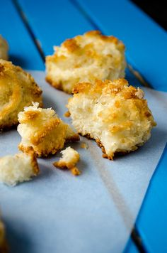 Coconut Macaroons are one of the easiest sweet treats. You need just three ingredients and they are ready to go in the oven in 10 min. These are glutenfree. Macarons, Coconut Macaroons, Just Desserts, Delicious Desserts, Yummy Food, Coconut Desserts, Healthy Desserts, Healthy Cooking, Healthy Eating