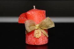 https://flic.kr/p/B8eMRb   VELA ENROLLADA ROJA   Vela enrollada roja, decorada con una cinta dorada. Ccon aceite esencial 100% natural de naranja dulce. Tamaño: 45 x 50 mm. Ideal como decoración, tarjeta de mesa, regalo y aún como presente para clientes y empleados de tu empresa. Se puede también personalizar con una escrita.   Artesanal.  También en:  www.ilmiomondoincera.com