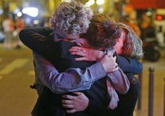 Szene in Paris am späten Freitagabend: Menschen auf der Straße suchen Trost,...