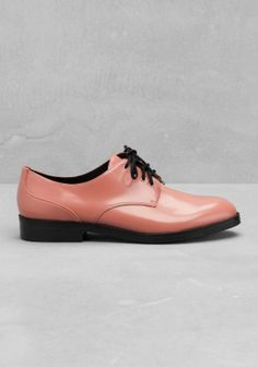 & OTHER STORIES Crafted from smooth leather, this lace-up shoe has a masculine silhouette and fine cutting details on the upper.