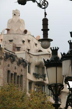 Casa Milà, llamada popularmente La Pedrera (pedrera, en catalán, significa cantera), es obra del arquitecto español Antoni Gaudí y fue construida entre los años 1906 y 1910, en estilo modernista. Localizada en el número 92 del Paseo de Gracia en el distrito del Ensanche de Barcelona, la casa fue edificada por encargo del matrimonio Pere Milà i Camps y Roser Segimon i Artells. Gaudí contó con la colaboración de sus ayudantes Domènec Sugrañes y Josep ...