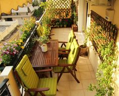 Windbreaks for balcony. Comfortable armchairs with green cushions. Ideal for late afternoon drinks with friends. Porches, Petits Bars, Green Cushions, Balcony Design, Balcony Ideas, Balcony Decoration, Outdoor Furniture Sets, Outdoor Decor, Balcony Garden