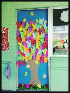 Puerta con mariposas de colores  Primavera