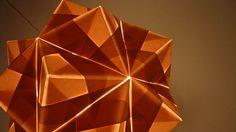 Scottish explores tonal variations of light on paper origami sculptures / Escocesa explora variações tonais de luz sobre papel em esculturas de origami