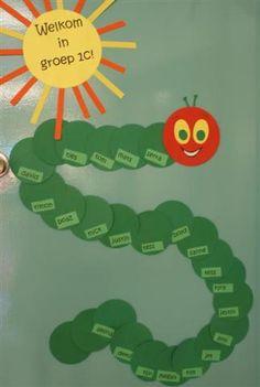 welkom op de deur Preschool Classroom Decor, Classroom Charts, Classroom Themes, Preschool Crafts, Kindergarten, I Love School, Hungry Caterpillar Party, Spring Art, Chenille