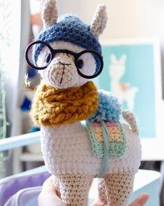 #Cool 😎 like a #hipster #Criatividade #montessori #llamahipster #crochet #amigurumi #baby #empreendedorismomaterno #fofura #babyroom #kidsroom… Lamas, Doll Hair, Stuffed Animal Patterns, Amigurumi Doll, Montessori, Free Pattern, Crossstitch
