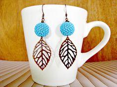 boucles doreilles boules perles en perles de rocaille bleues et feuille en bronze - Patre Boules Colores
