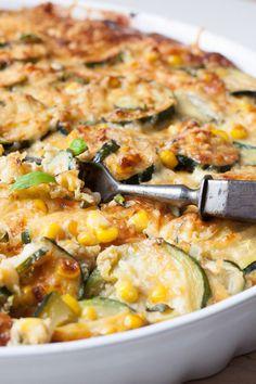 Knusprig, extrakäsig und Low-Carb, die Zucchini-Mais-Quiche ohne Boden ist das perfekte Gericht für alle Liebhaber von knusprigen Käsekrusten.
