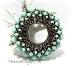 I would call this ice circle. Looks soo awesome. Seed Bead Necklace, Beaded Necklace, Beaded Bracelets, Beaded Jewelry Designs, Handmade Jewelry, Beading Tutorials, Beading Patterns, Bead Crafts, Jewelry Crafts