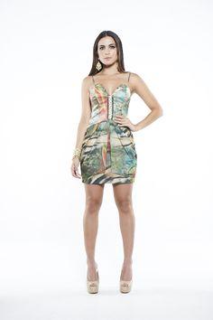Vestido curto com estampa exclusiva de folhagem. Detalhes em strass.
