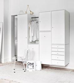 garderobe med låger, skuffer og opbevaring i hvid