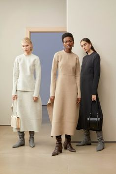 Get inspired and discover Jil Sander trunkshow! Shop the latest Jil Sander collection at Moda Operandi. Jil Sander, Modest Fashion, Trendy Fashion, Fashion Women, Kimono Fashion, Vintage Fashion, Black M, Business Outfit, Vogue Russia