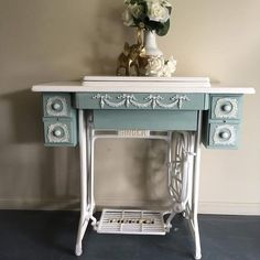 Old singer done spectacularly. Chalk Paint Furniture, Art Furniture, Repurposed Furniture, Furniture Projects, Furniture Making, Old Sewing Tables, Sewing Machine Tables, Antique Sewing Machines, Home Remodeling Diy