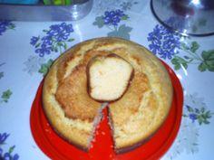 Bolo de arroz crú no liquidificador  3 ovos  - 1 caixa (395 g) de leite condensado  - 1 garrafa (200 ml) de leite de coco  - 100 ml de leite de vaca  - 1 colher (sopa) de óleo ou margarina  - 2 colheres (sopa) de farinha de trigo  - 20 colheres (sopa) de flocos de arroz  - 1 pacote 50 g de coco ralado  - 1 colher (sopa) fermento em pó  -