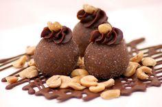 Amendoim Trufado ::: #atteliededoces #docesfinos #carolinadarosci #casamento #sobremesa #docinhos #docesgourmets #mesadedoces #artesanal #chocolate #amendoim