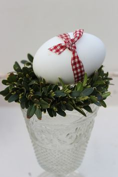 """Fresh and cozy Easter Home Decoration Ideas """"width ="""" 426 """"height ="""" 640 . - Fresh and cozy Easter home decoration ideas """"width ="""" 426 """"height ="""" 640 """"class ="""" alignnone size-f - Easter Table, Easter Eggs, Diy Ostern, Easter Celebration, Spring Day, Family Holiday, Easter Crafts, Easter Decor, Happy Easter"""