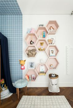 graphic wallpaper brings playful air to the room Home Decor Dyi, Cute Bedroom Decor, Baby Room Decor, Kids Bedroom Sets, Girls Bedroom, Kids Room, Sports Room Decor, Three Bedroom House Plan, Baby Room Design