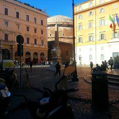 Chegando no Pantheon. Olha ele lá redondinho. Essa praça tem um #obelisco muito antigo que foi adaptado depois no elefantinho de #bernini  #curiosidadederoma #romaescondida #panteão #praçaromana #guiaroma #roma by guiaroma