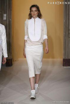 Défilé Anne-Valérie Hash Printemps-Eté 2010     Le plastron est mis en avant sur une blouse aux tons poudrées et à la dentelle discrète.