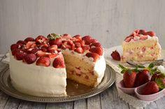 Ανοιξιάτικη, δροσερή, φρουτώδης. Αυτή η τούρτα δεν περνά απαρατήρητη όσο λιτή κι αν είναι η εμφάνιση της. Λευκή και περήφανη με τις φράουλες να ζωηρεύουν το χρώμα της. Λαχταριστή και αφράτη περιμένει την άνοιξη για να εκπλήξει. Κανείς δεν μπορεί να της αντισταθεί! Greek Desserts, Greek Recipes, New Recipes, Cake Recipes, Favorite Recipes, Cheesecakes, Soul Food, Caramel, Strawberry