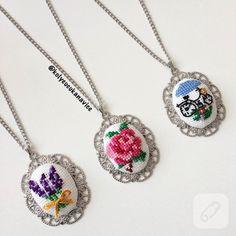 etamin üzerine işlenmiş minik çiçekler ve değişik figürlerle süslü kolye uçları harika görünüyorlar. kanaviçe, goblen, çarpı işi işlemeli en güzel takı tasarım modelleri....