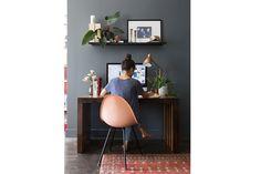 Propuestas para ambientar un rincón de trabajo en casa  Una buena opción para delimitar el espacio es pintar el muro contra el que irá el escritorio