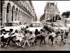 Le tabliers de la rue de Rivoli, Paris. R. Doisneau