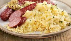 Sauerkraut mit Würstchen / Sauerkraut selber machen ist gar nicht schwer. Wir verraten Ihnen Schritt für Schritt mit Bild, wie man Sauerkraut ganz einfach zubereitet. Dazu geben wir Ihnen praktische Tipps und servieren beliebte Sauerkraut-Rezepte. Rezept: http://www.daskochrezept.de/kochschule/kochschule-sauerkraut-selber-machen_150751.html