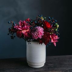 In love with these stunning autumn flowers from @blumenbett  Happy Friday guys!
