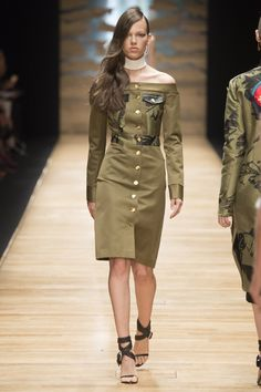 Olive Off the Shoulder Dress with Long Sleeves by Guy Laroche Spring 2016 Ready-to-Wear Collection Photos - Vogue Guy Laroche, Spring Summer 2016, Spring Summer Fashion, Dior, Vert Olive, Edgy Dress, Fashion Show, Fashion Trends, Fashion 2016