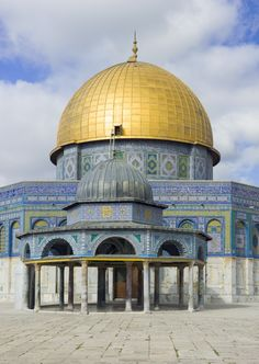 The Dome of the Chain (Arabic: قبة السلسلة, Qubbat al-Silsila) in front of The Dome of the Rock (Arabic: مسجد قبة الصخرة, Hebrew: כיפת הסלע), on the Temple Mount in the Old City of Jerusalem. Quran Wallpaper, Islamic Wallpaper, Mosque Architecture, Sacred Architecture, Beautiful Mosques, Beautiful Buildings, Temples, Palestine Art, Naher Osten