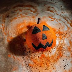 Pumpkin Spice & Everything Nice is exactly what this bath bomb is! 🎃🖤