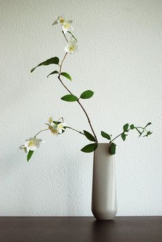 Ikebana 生け花 Japanese flower arrangement. Love their simple yet effective designs