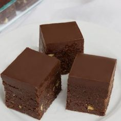 These raw brownies will change your life. They are rich, chewy, and fudgy with a thick chocolate layer. They are also healthy. Vegan Recepies, Raw Vegan Recipes, Vegan Dessert Recipes, Healthy Recipes, Vegan Food, Chocolate Topping, Raw Chocolate, Raw Vegan Desserts, Vegan Sweets
