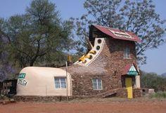 """""""Shoe House"""" Casa Sapato - Veja mais uma casa com formato inusitado na África.A Shoe House fica na África do Sul,e é criação do artista e hoteleiro Ron Van Zyl, que a construiu para sua esposa Yvonne em 1990. O sapato abriga um pequeno museu de arte em madeira talhada e faz parte de um complexo de oito chalés com restaurante, piscina e bar."""